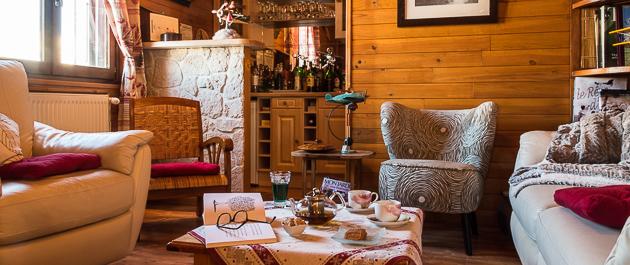 Moment de détente au bar de la maison d'hôtes de La Coustille dans les Hautes Alpes
