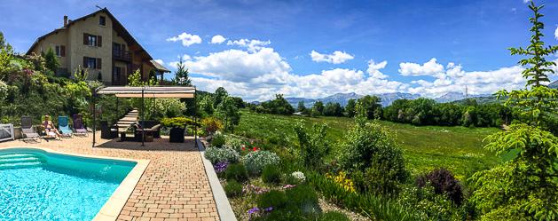 La maison d'hôtes de La Coustille et sa piscine, parfaitement intégrées dans le magnifique paysage des Hautes-Alpes.